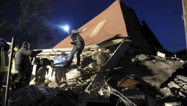 Equipos de rescate buscan a desaparecidos entre los restos de un edificio derrumbado en L'Aquila.