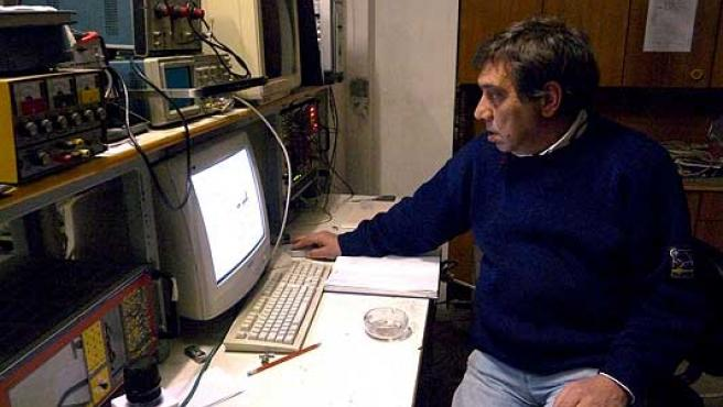 Gioacchino Giampaolo Giuliani junto al sistema que inventó para detectar terremotos, en L'Aquila, el pasado 2 de abril.