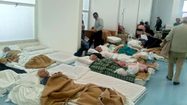 Afectados por el terremoto en el hospital de L'Aquila.