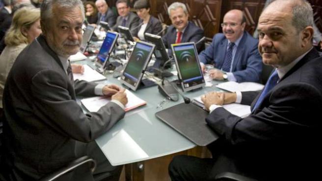El presidente de la Junta, Manuel Chaves (dcha), y su vicepresidente, José Antonio Griñán (izda), en la reunión del COnsejo de Gobierno andaluz.