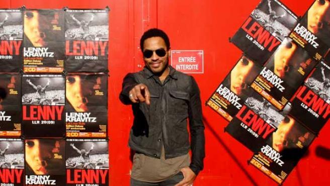 Lenny Kravitz posa ante los medios en París
