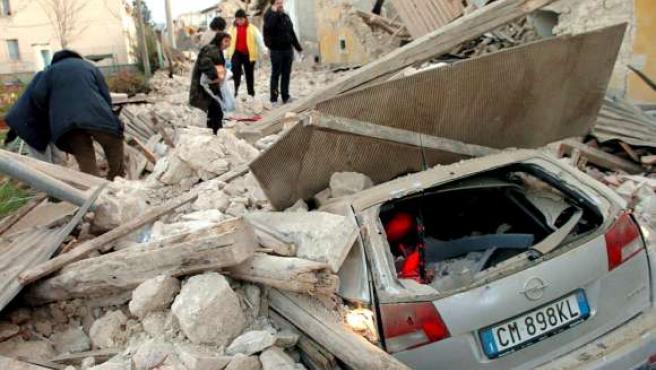 Gente entre los escombros producidos por el terremoto que sacudió el centro de Italia.