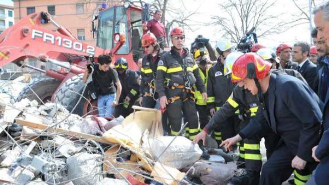 Los bomberos continúan con las tareas de rescate tras el terremoto que ha sacudido el centro de Italia.