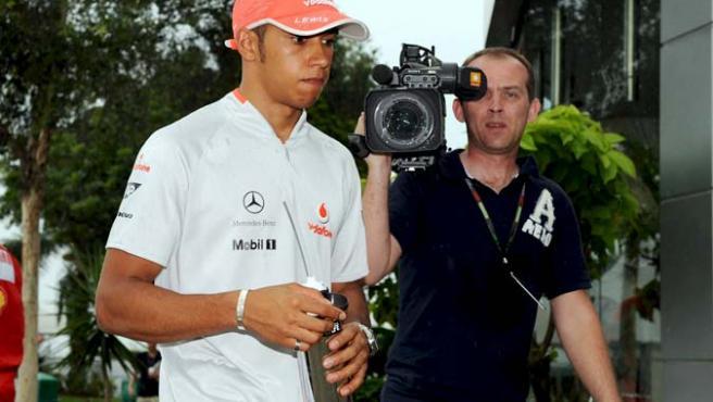 Lewis Hamilton a su llegada a la sala de prensa en Malasia.