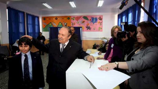 Abdelaziz Buteflika vota, acompañado por su sobrino, en un colegio electoral de Argel.