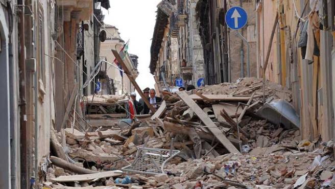 Una calle llena de escombros en L'Aquila