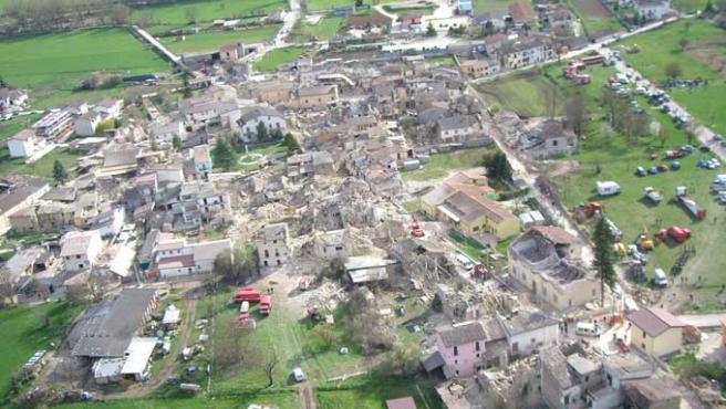 Vista aérea tomada desde un helicóptero que muestra la localidad de Onna, en la provincia italiana de L'Aquila, tras ser seriamente dañada por el terremoto. Pueblos enteros han quedado destruidos casi por completo.