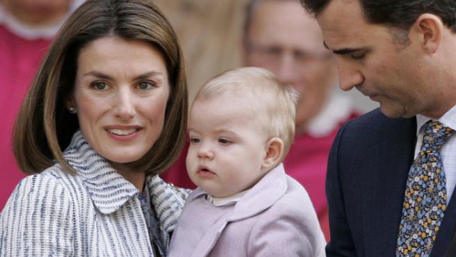 La Infanta Sofía junto a su madre, Doña Letizia, y su padre, el Príncipe Felipe.