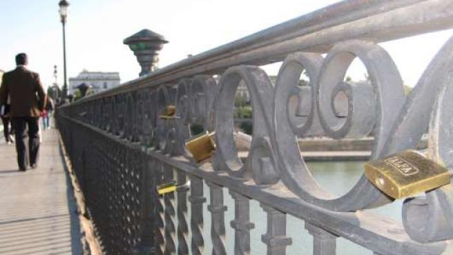 Las barandillas del puente de Triana están repletas de candados.