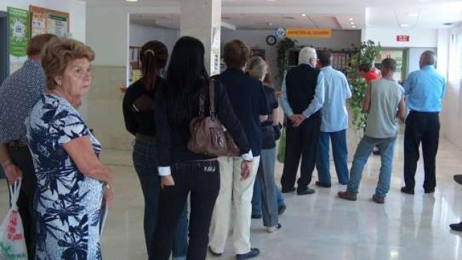 Varios pacientes hacen cola en un centro de salud.