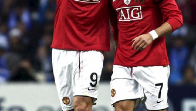 El delantero portugués del Manchester United, Cristiano Ronaldo (d), celebra con su compañero de equipo, el búlgaro Dimitar Bertbatov.
