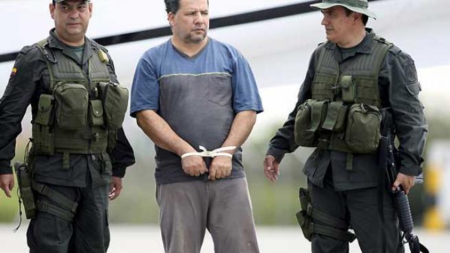 Daniel Rendón Herrera (en el centro), en el aeropuerto de Bogotá, tras ser capturado.