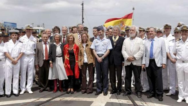 """La ministra de Defensa, Carme Chacón, acompañada por una delegación de parlamentarios, posa con la tripulación de la fragata """"Numancia""""."""