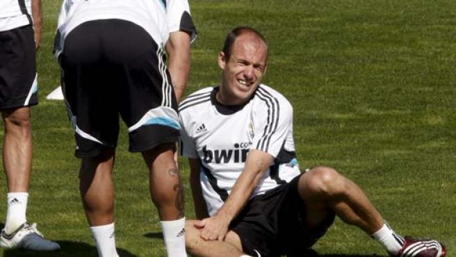 Arjen Robben se duele de un golpe que recibió durante el entrenamiento (Efe).
