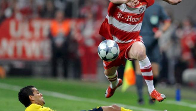 Alves intenta arrebatarle el balón a Ribery.