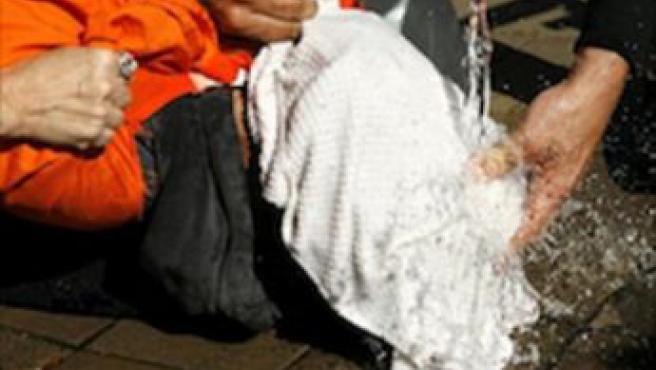 Activistas pro derechos humanos representan la técnica de tortura conocida como asfixia simulada.