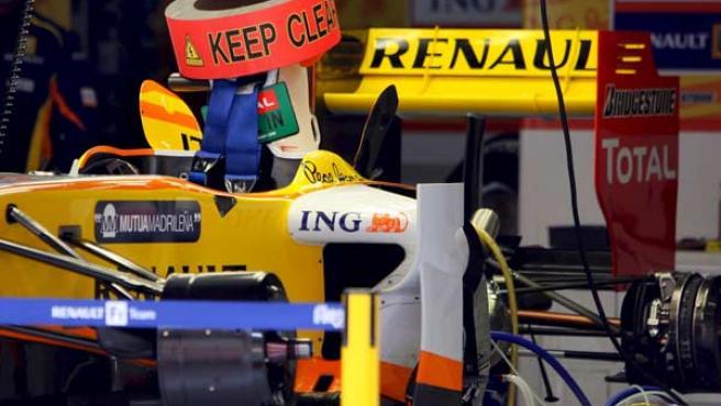El monoplaza del piloto español Fernando Alonso (Renault), en el garaje de la escudería en el Circuito Internacional de Shanghai.