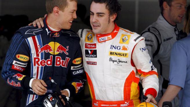 Sebastian Vettel (i), junto a Fernando Alonso.