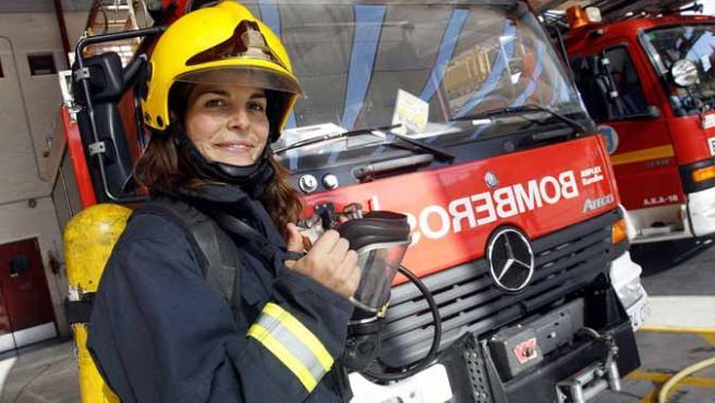 Dana Cervantes en un parque de bomberos.