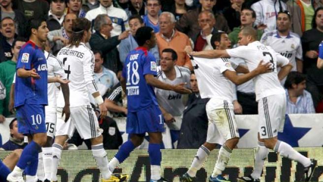 El defensa portugués del Real Madrid Pepe es sujetado por Marcelo, después de agredir a Casquero.