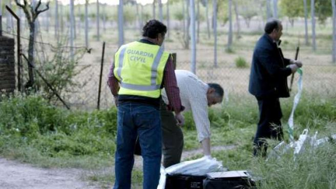 Agentes de la Guardia Civil investigan en el lugar de los hechos.
