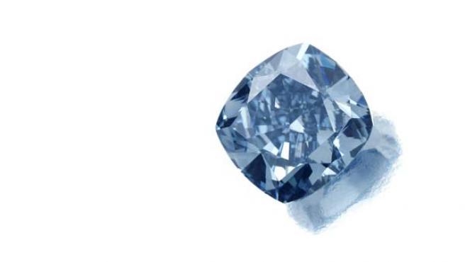 La joya es de un vívido color azul y no tiene sin imperfecciones internas.