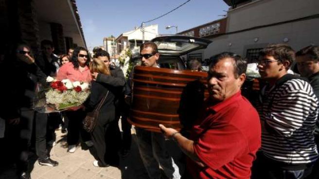 Familiares y vecinos trasladan el féretro durante el funeral de la menor en Ciudad Real.