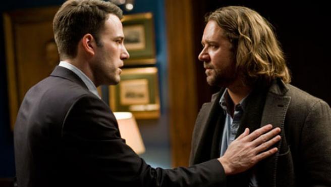 Russell Crowe y Ben Affleck, protagonistas de 'La sombra del poder'.