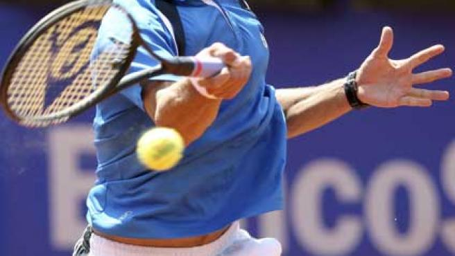 El tenista catalán Tommy Robredo devuelve una bola.