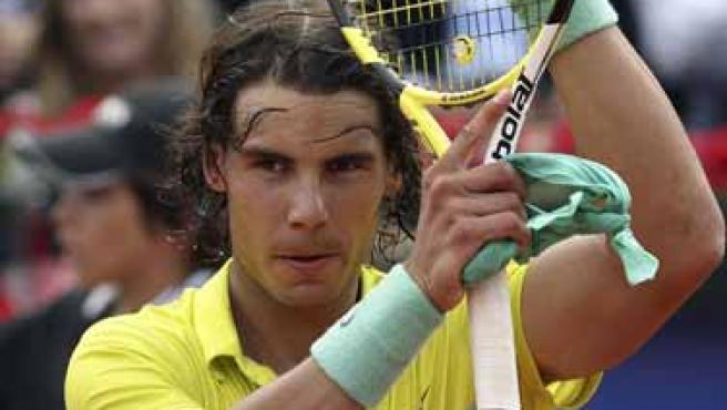 Rafa Nadal aplaude al público tras ganar en su debut en el Godó.