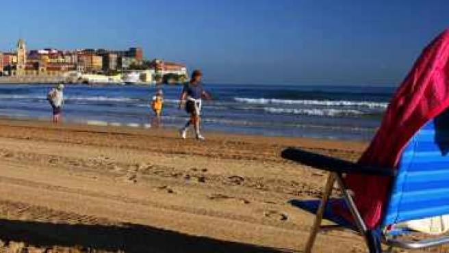 Los gijoneses ya se animan a ir a la playa