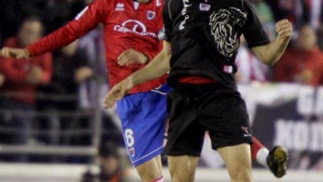 El centrocampista del Numancia Nagore (i) salta a por el balón con Fernando Llorente (d), del Athletic de Bilbao.