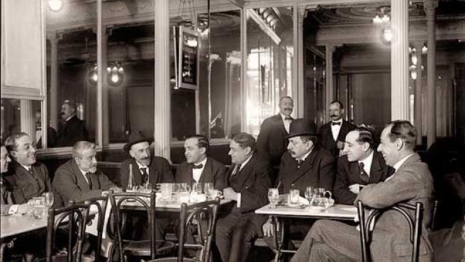 Tertulia de Jacinto Benavente en el Café Lisboa, 1918.