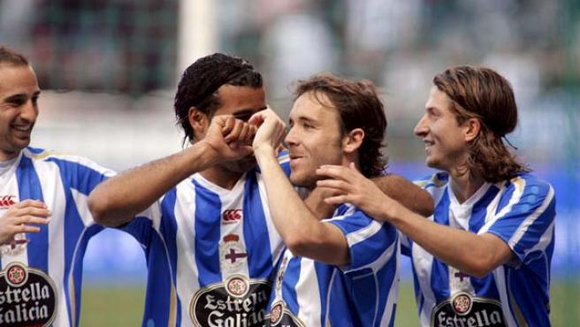 El centrocampista del Deportivo de La Coruña Joan Verdú (2d) celebra con sus compañeros Pablo Álvarez, Rodolfo Bodipo y Filipe Luis Kasmirski (izq-dcha) el primer gol de su equipo.