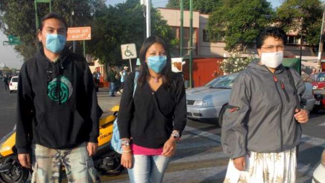 Ciudadanos se protegen con tapabocas en Ciudad de México, en el marco del brote de gripe porcina que afecta al país.