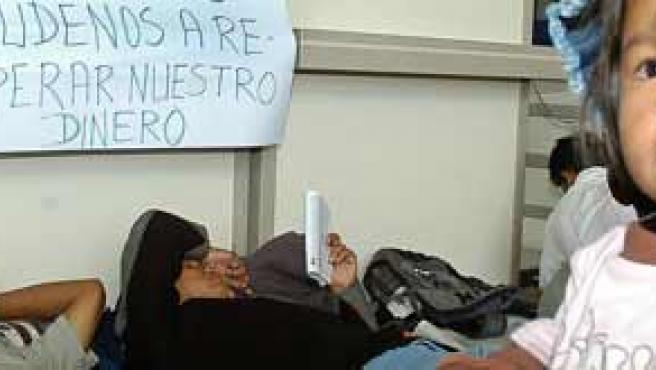 Bolivianos en el aeropuerto de Cochabamba