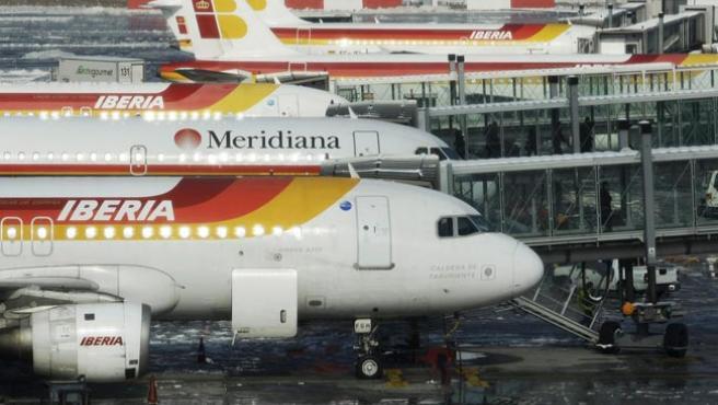 Fila de aviones en las pistas de Barajas durante el embarque.