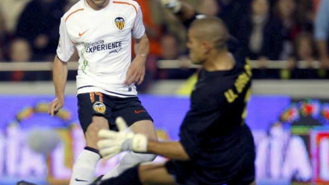 Pablo Hernéndez, centrocampista del Valencia, batiendo a Víctor Valdés, portero del Barcelona.