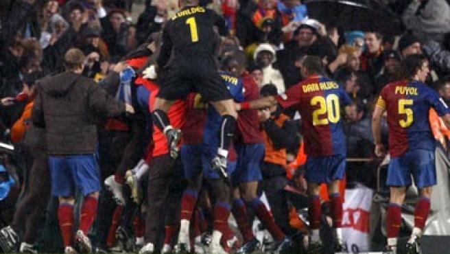 Los jugadores del Barcelona se abrazan tras el primer gol ante el Real Madrid.