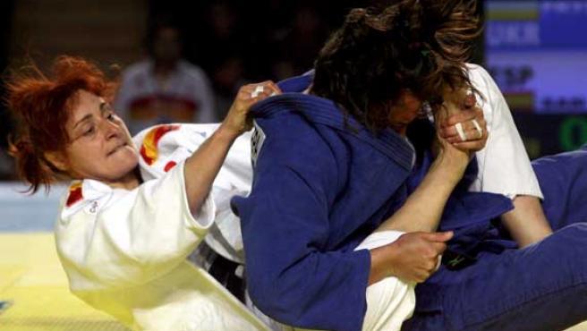 La judoca de Burgos Esther San Miguel, (blanco), lucha con la ucraniana Maryna Pruschepa, (azul), durante la final femenina de -78 kg de los Europeos de Tiflis (Georgia). Ganó la española.