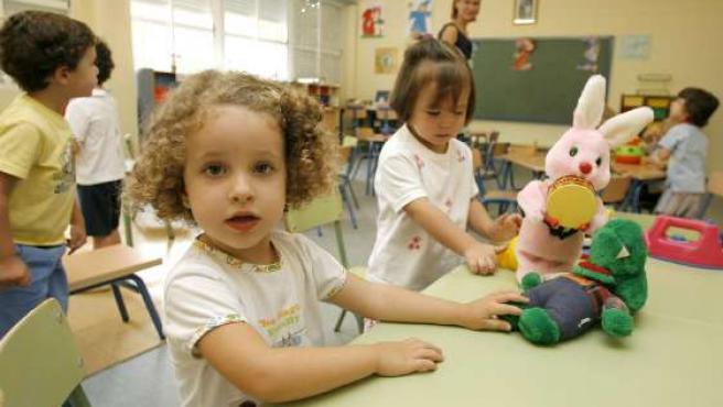 Varios niños en su primer día de colegio.