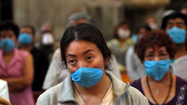 """Los mexicanos usan las mascarillas, """"como unos ninjas"""", para evitar el contagio de la gripe porcina."""