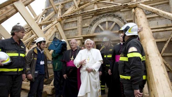 Benedicto XVI durante su visita a la localidad de Onna, afectada por el terremoto que sacudió los Abruzos el 6 de abril.