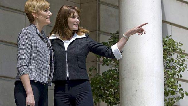 Carla Bruni (dcha.), con Sonsoles Espinosa durante su visita a Madrid.