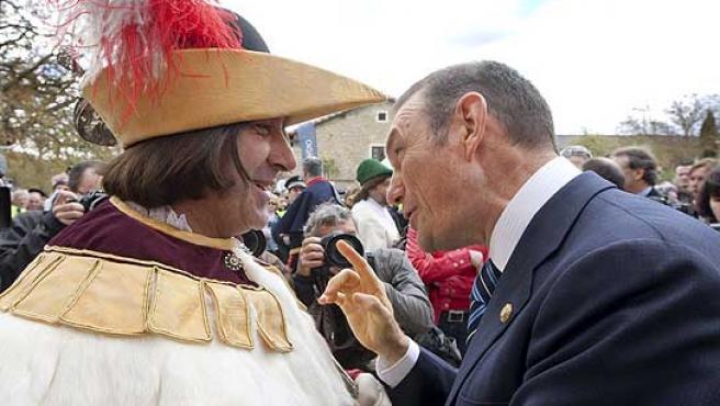 El lehendakari en funciones, Juan José Ibarretxe, charla con un macero de la Diputación Foral de Álava.