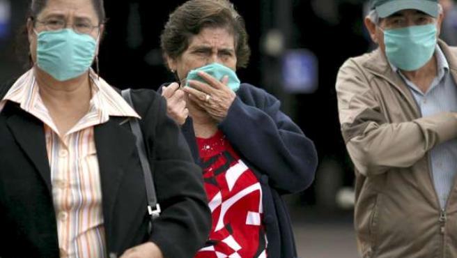 Viajeros provenientes de México con cubre bocas.