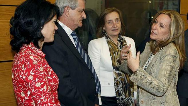 La ministra de Sanidad, Trinidad Jiménez (derecha), con los consejeros de Sanidad de Melilla, Antonia Garbín; de Castilla y León, Javier Álvarez Guisasola, y de Navarra, María Kutz.