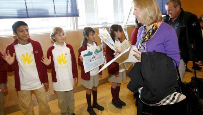 Los comisionados, recibidos el lunes por niños a su llegada (izquierda).