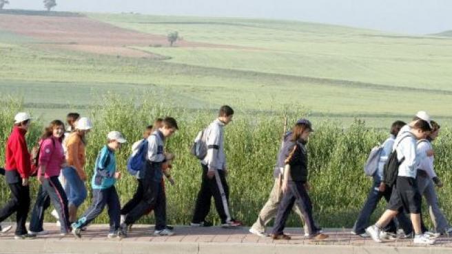 Los caminantes se divierten durante la marcha.