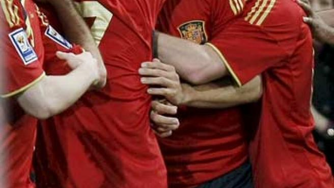 Gerard Piqué celebra su gol ante Turquía con sus compañeros de la selección española.